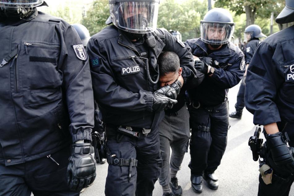 Die Polizei nimmt am Samstag Vegan-Koch Attila Hildmann (41) in Gewahrsam bei einer Demonstration gegen die Corona-Maßnahmen.