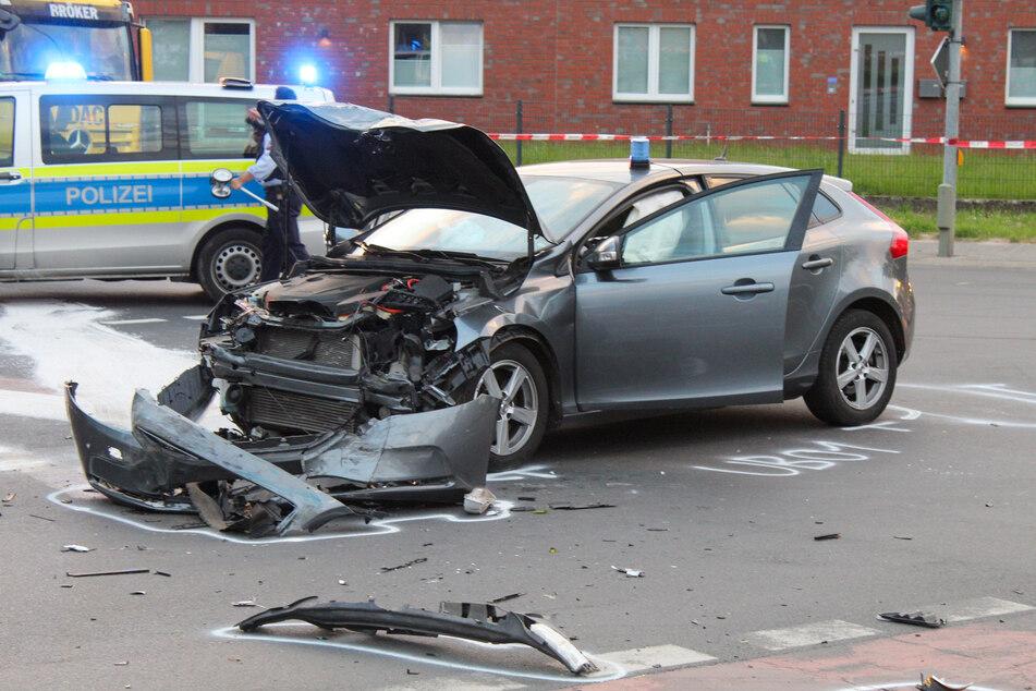 In Viersen sind am Mittwochabend bei einer Einsatzfahrt zwei Polizeiautos zusammengestoßen und fünf Beamte verletzt worden.