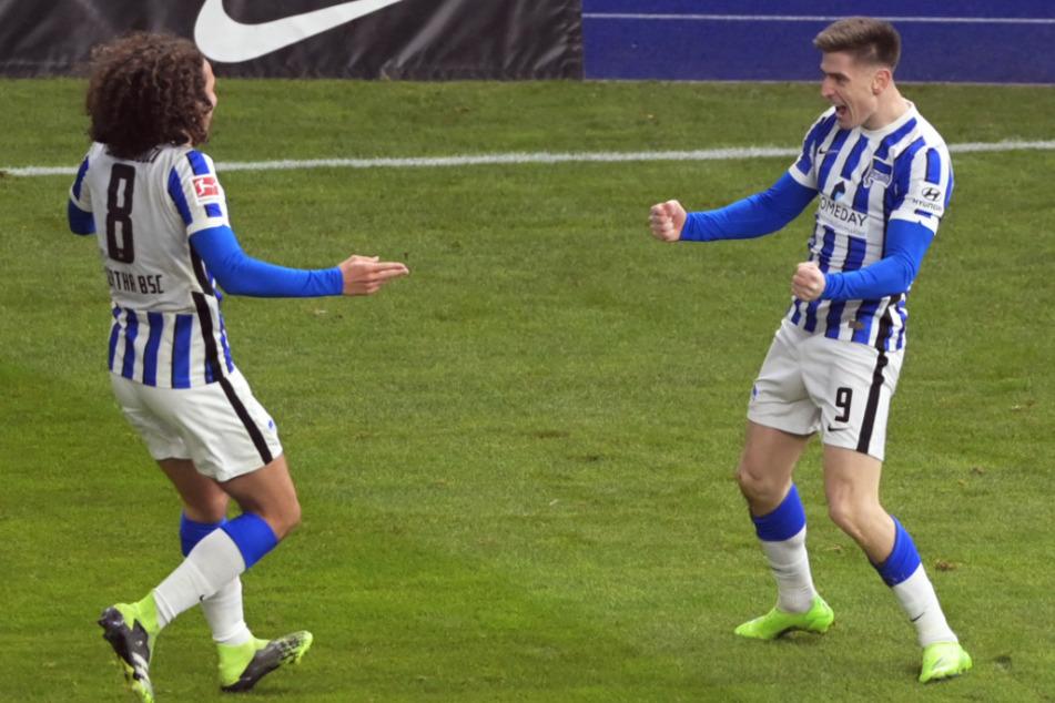 Torschütze Krzysztof Piatek (r.) von Hertha bejubelt seinen Treffer zum 3:0 mit Matteo Guendouzi.