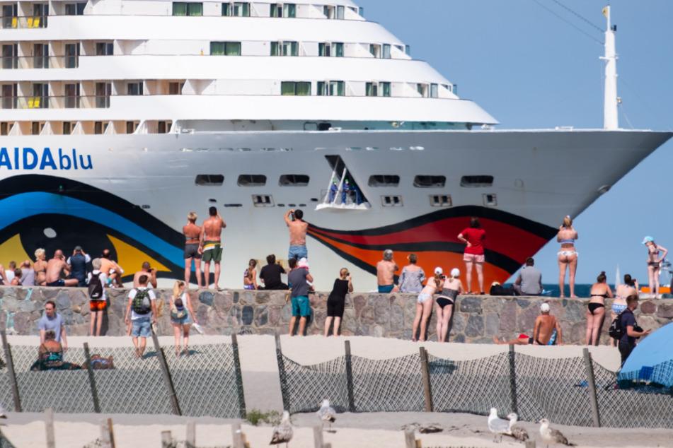 """Die """"Aidablu"""" der Reederei Aida Cruises liegt am Ostseebad Warnemünde."""