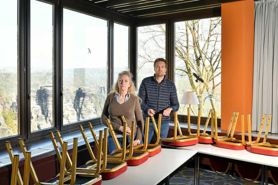 Petra Morgenstern (62) und ihr Sohn Kai Reiße (34) stellen im Panoramarestaurant Bastei die Stühle hoch.