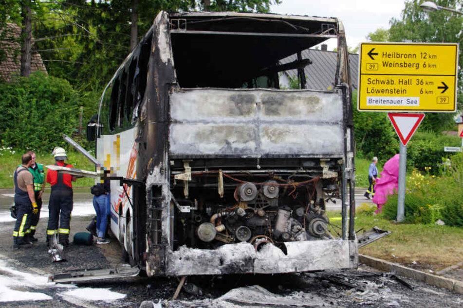 28 Kinder an Bord: Reisebus fängt plötzlich Feuer