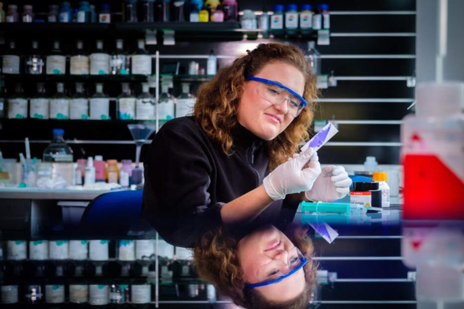 Chemikerin Alexandra Pohl (29) prüft die Qualität der Wahltinte. Die Spezialtinte besteht im Wesentlichen aus drei Inhaltsstoffen: Wasser, Farbstoff und Silbernitrat.