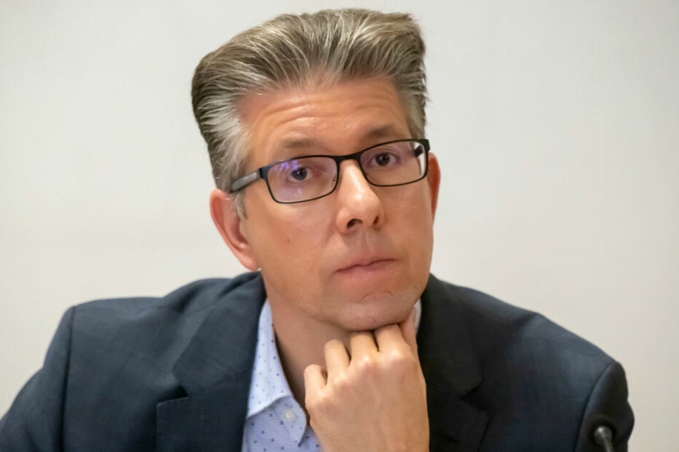 Kulturbürgermeister Ralph Burghart (48, CDU) macht sich Gedanken über einen neuen Wegweiser-Standort. Die Sanierung würde 15000 Euro kosten.