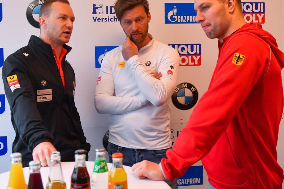 Francesco Friedrich (links) im Gespräch mit Bundestrainer René Spieß (Mitte) und Bob-Pilot Nico Walther.