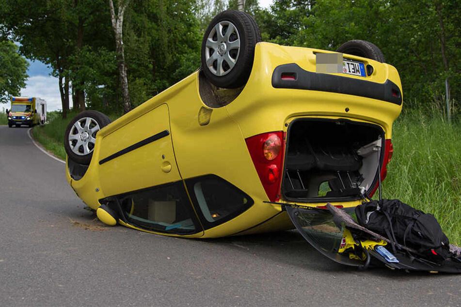 Der Peugeot blieb nach dem Unfall auf dem Dach liegen.