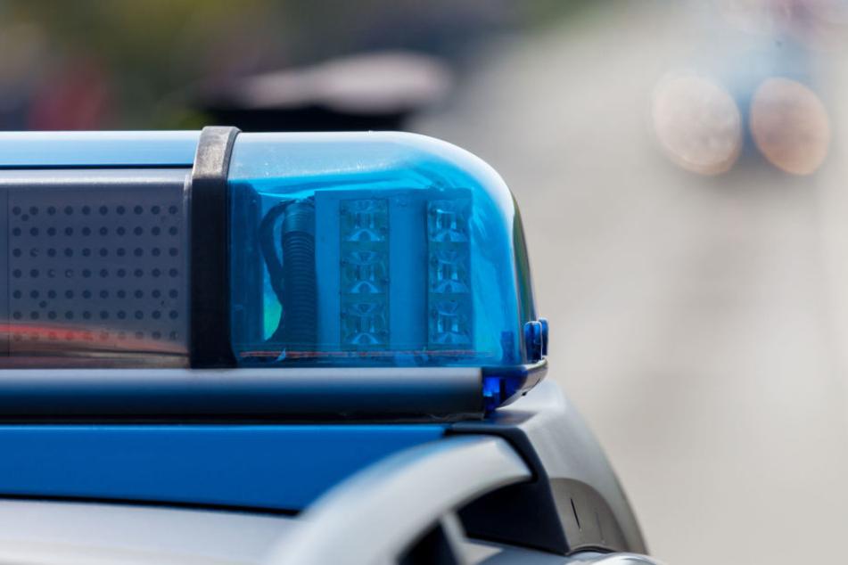 In einer Wohnung in Bergisch Gladbach entdeckten Polizisten drei Leichen (Symbolbild).