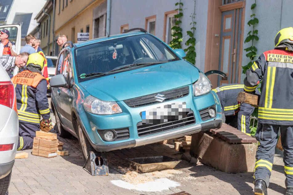 Der Wagen hatte sich auf dem Betonklotz festgefahren.