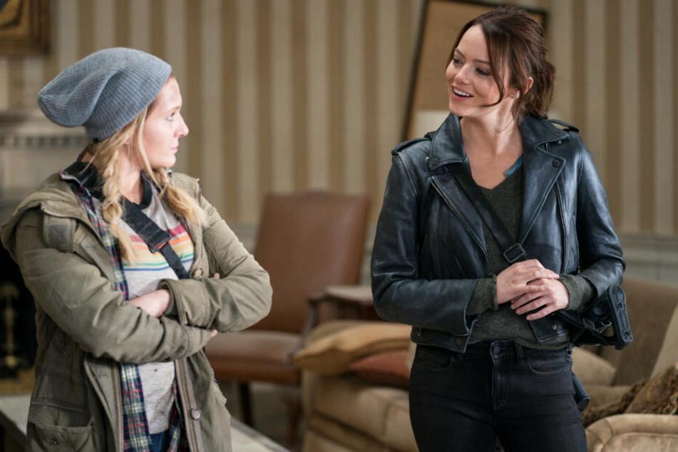 Wichita (r., Emma Stone) begleitet ihrer jüngere Schwester Little Rock (Abigail Breslin) anfangs, ehe sich die Wege trennen.