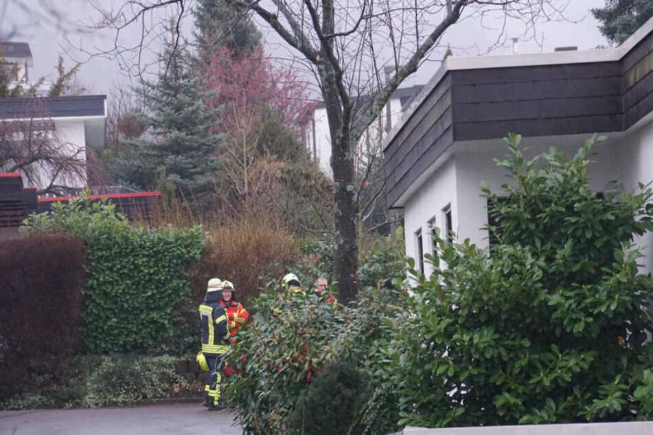 Die Feuerwehr vor dem Wohnhaus.