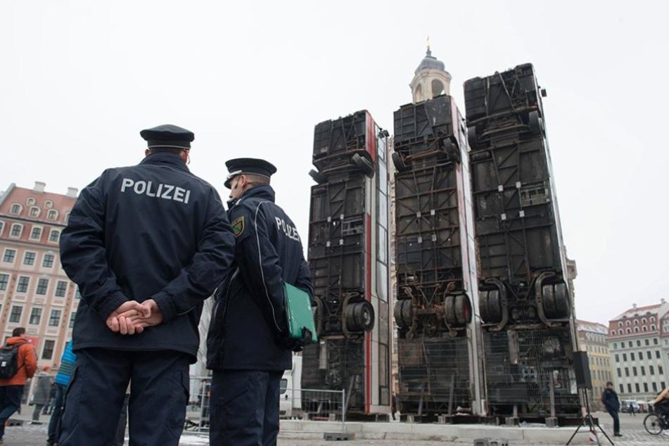 Das Kunstwerk auf dem Neumarkt musste sogar unter Polizeischutz gestellt werden.