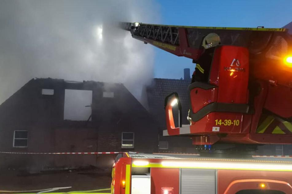 Die Feuerwehr versuchte das Feuer im Stall zu löschen.