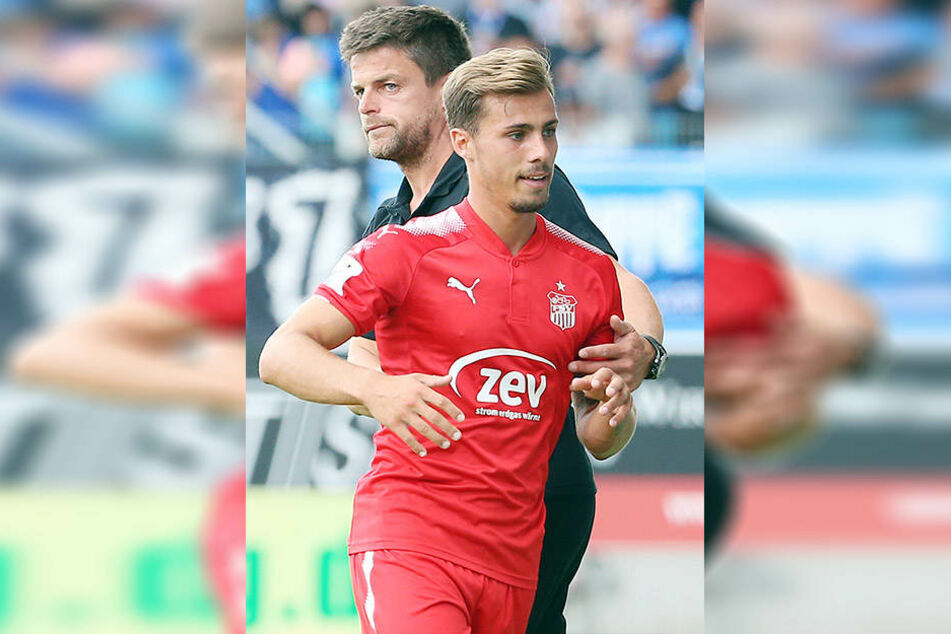 Der Blick von FSV-Trainer Torsten Ziegner (h.) sagt alles: Er war mit Sinan Tekerci nicht zufrieden.