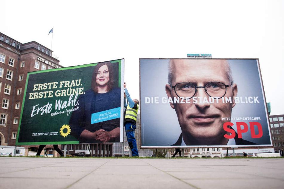 Ein Wahlplakat, das Katharina Fegebank (Bündnis 90/ Die Grünen) zeigt, neben einem Plakat mit Peter Tschentscher (SPD).