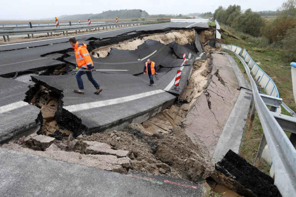 as abgesackte Autobahnteilstück der A20 an der Trebeltalbrücke bei Tribsees wird im Oktober 2017 von Fachleuten begutachtet.