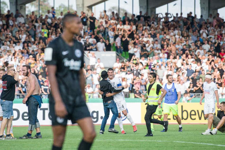 Völlig bedient trottet Eintracht-Stürmer Sebastien Haller nach der Niederlage in Ulm vom Platz.