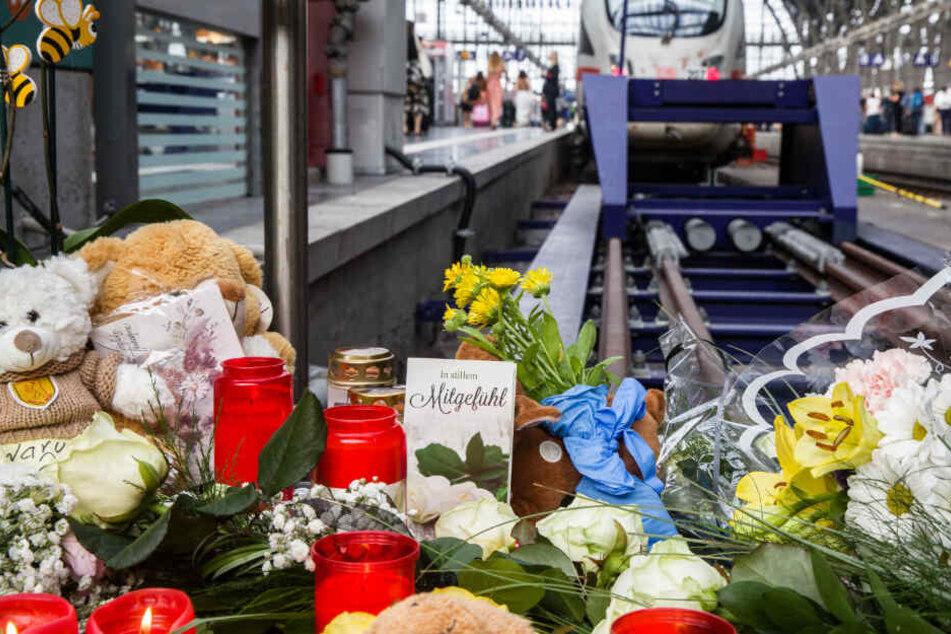 Die schreckliche Tat am Bahnsteig 7 im Frankfurter Hauptbahnhof hatte große Anteilnahme ausgelöst.