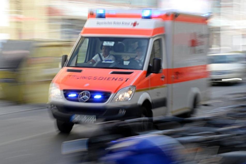 Bei einem schweren Verkehrsunfall wurde ein 21-jähriger Fahrradfahrer lebensbedrohlich verletzt.