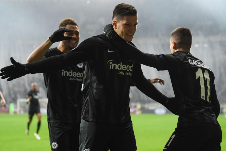 War ein weiteres Mal der überragende Mann in einem Team, das wie im Rausch spielt: Eintracht-Stürmer Luka Jovic (Mi.).