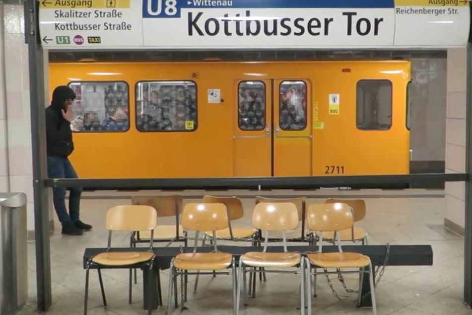 Die Holzstühle aus den BVG-Büros wurden am Bahnsteig aneinander gekettet.