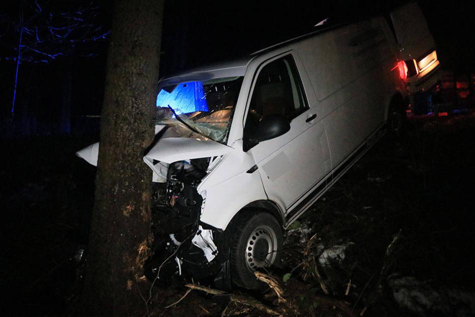 Der VW wurde in den Straßengraben geschleudert und prallte dort frontal gegen einen weiteren Baum.