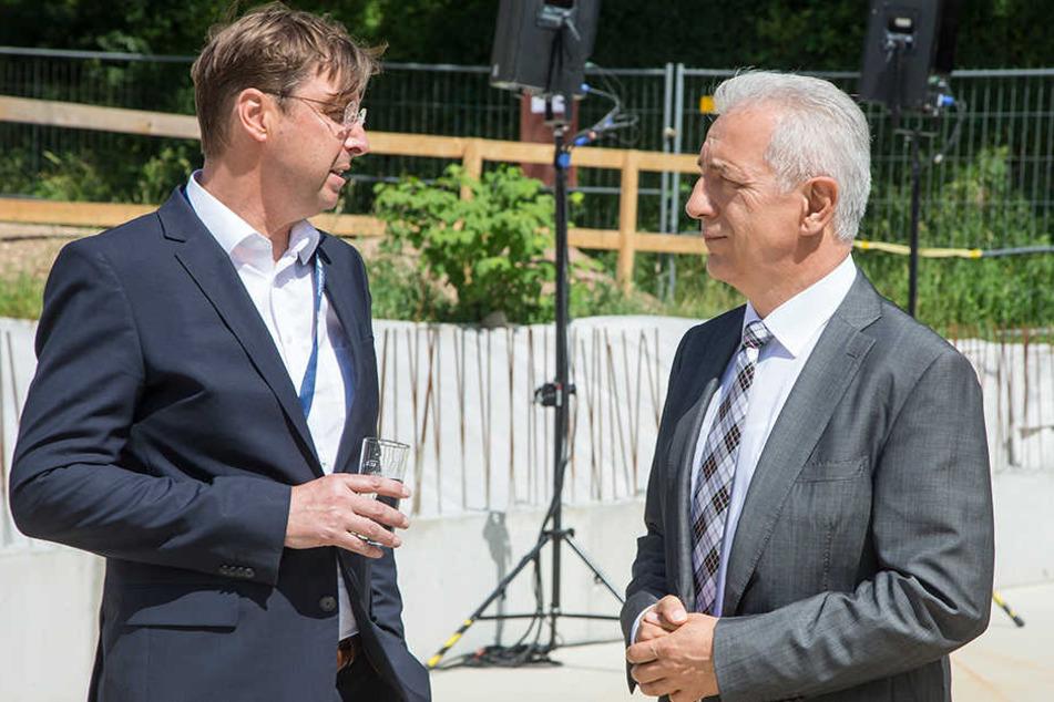 Ministerpräsident Stanislaw Tillich (CDU, r.) mit Novaled-Boss Gerd Günther.
