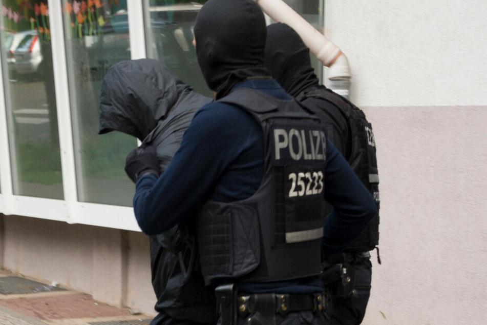 Ein Clan-Mitglied wird verhaftet. (Symbolbild)