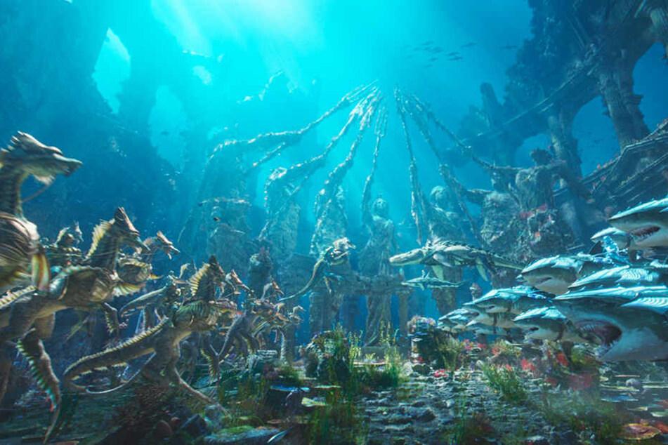Die Männer von König Nereus (Dolph Lundgren) auf ihren Seepferdchen und jene von Orm, auf den Weißen Haien, treffen in Atlantis aufeinander und beratschlagen.