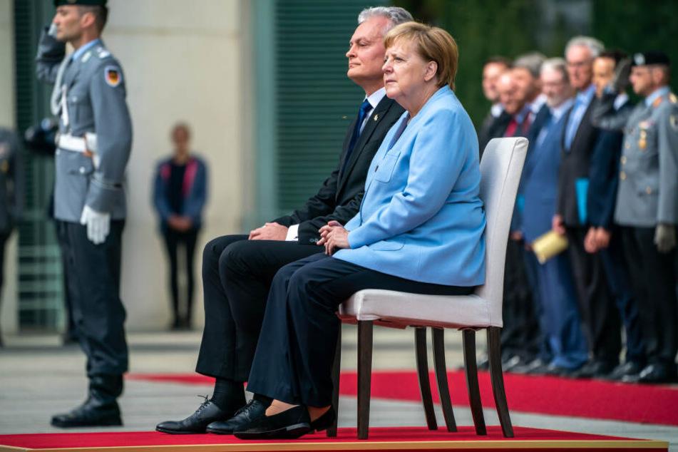 Empfang im Sitzen: Angela Merkel (65,CDU) und der litauische Präsident Gitanas Nausėda (55).