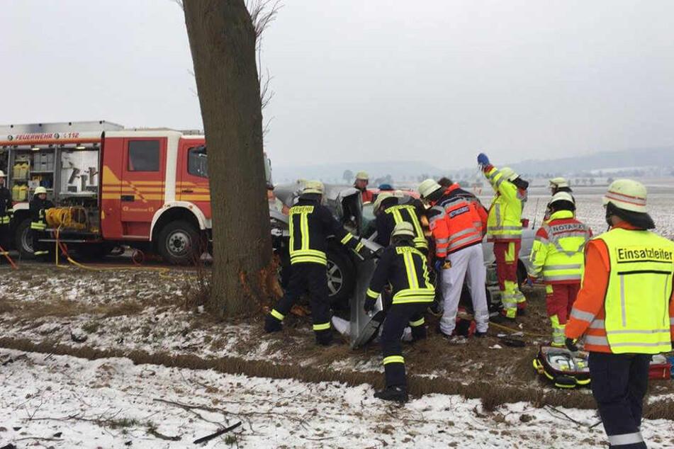 Die Feuerwehr musste den 69-Jährigen aus dem Auto befreien.