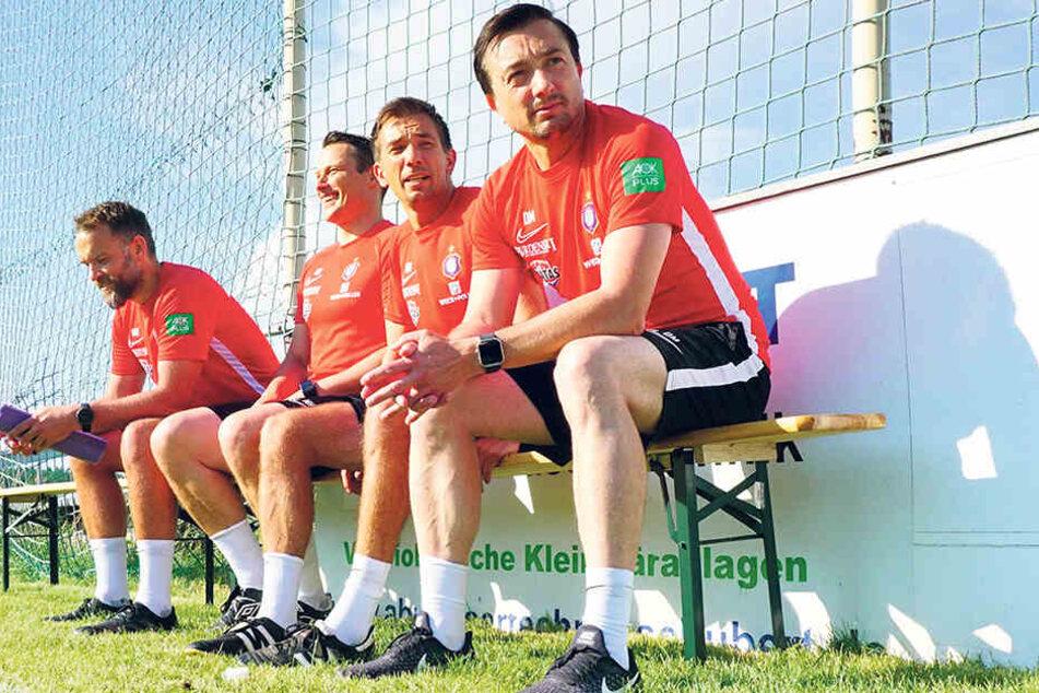 Zusammen in vorderster Veilchen-Front: Daniel (r.) und André Meyer (2.v.r). Dahinter sitzen der zweite Co-Trainer Marc Hensel und Torwartcoach Max Urwantschky.