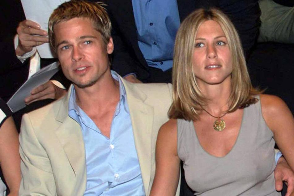 Hollywoodstar Brad Pitt und seine damalige Frau, die Schauspielerin Jennifer Aniston, 2001 bei einer Pret-a-Porter-Schau in Mailand.