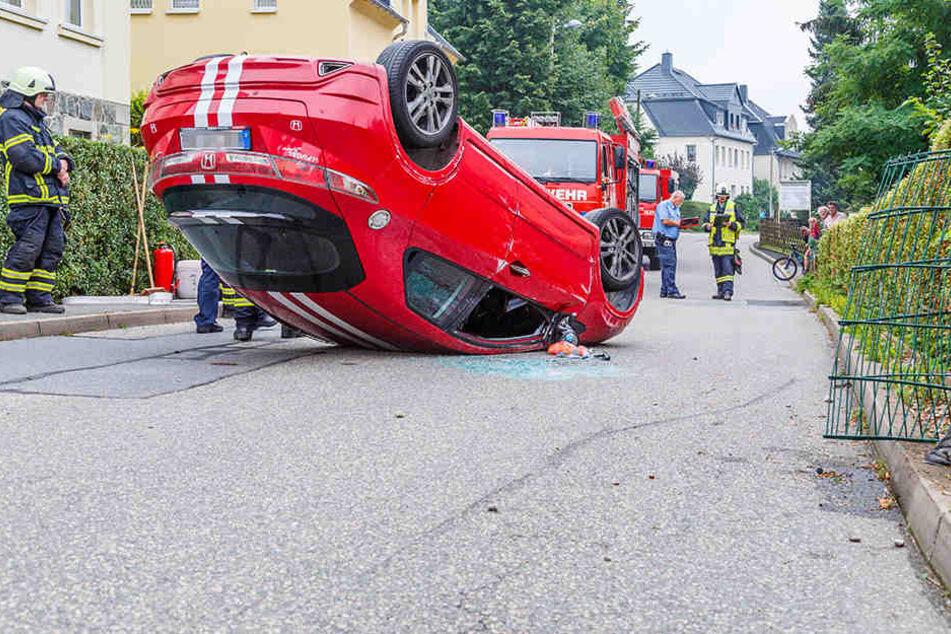 Der Honda blieb nach dem Unfall auf dem Dach liegen.