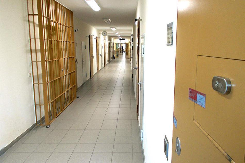 Hinter dieser Zellentür (r.) nahm sich al-Bakr im Oktober 2016 das Leben.