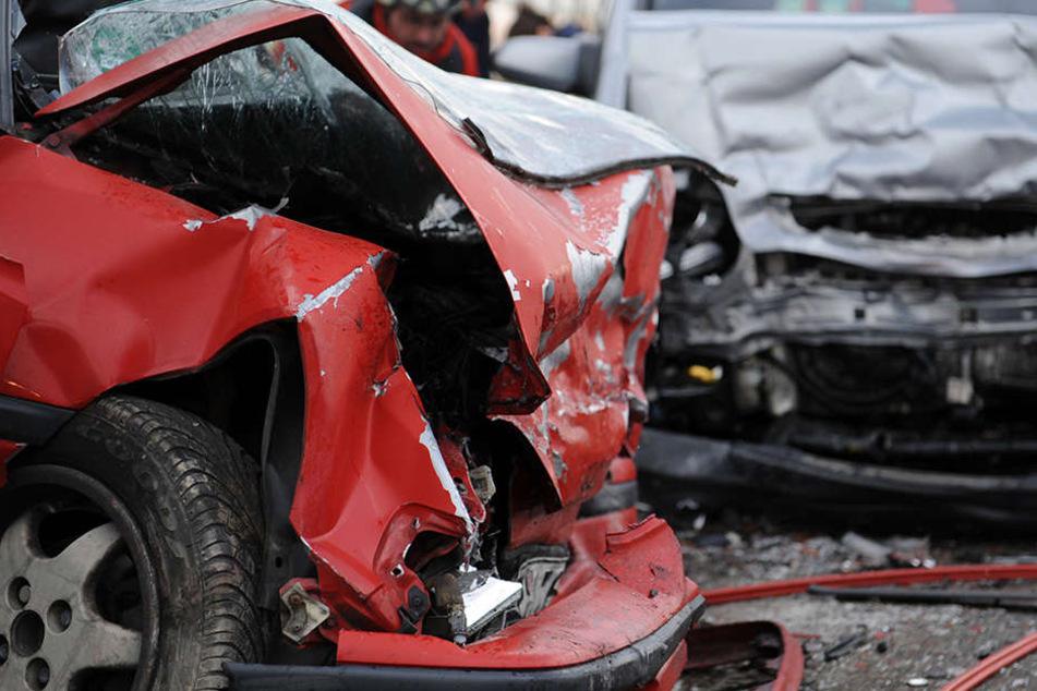 Auf seiner Flucht raste der 58-Jährige in ein anderes Auto. Dabei schleuderten die Fahrzeuge von der Straße. (Symbolbild)