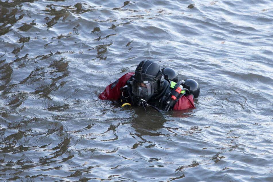 Ein Taucher sucht das Wasser nach dem Leichnam ab.