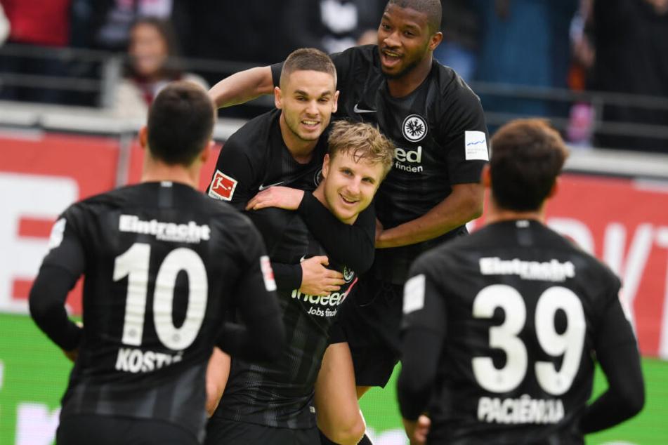 Ungewohnter Goalgetter: Verteidiger Martin Hinteregger (Mi.) verwandelte zur 1:0-Pausenführung der Eintracht und ließ sich von seinen Mannschaftskollegen feiern.