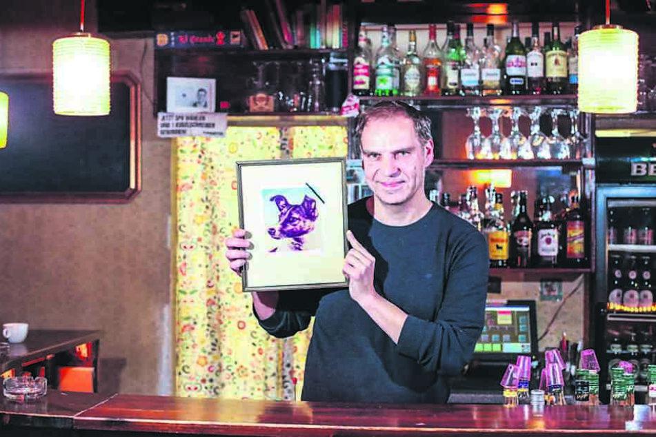 """""""Laika""""-Chef Kristian Münder (48) zeigt das Kneipenfoto Laikas mit  Trauerflor: Am Freitag gibt's einen speziellen Laika-Cocktail."""