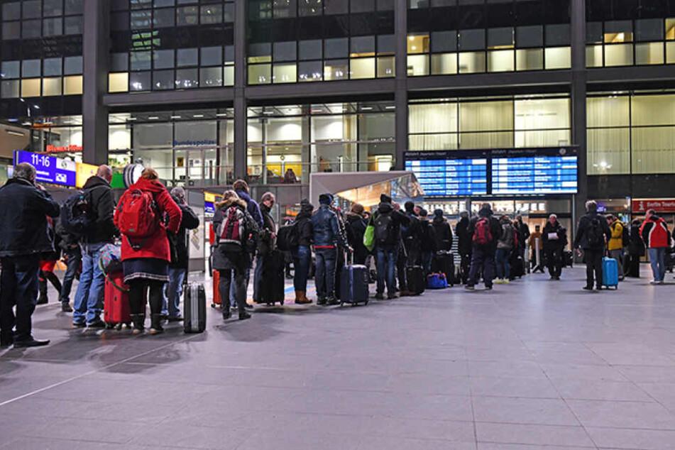 Lange Schlangen am Info-Stand der Deutschen Bahn im Berliner Hauptbahnhof.