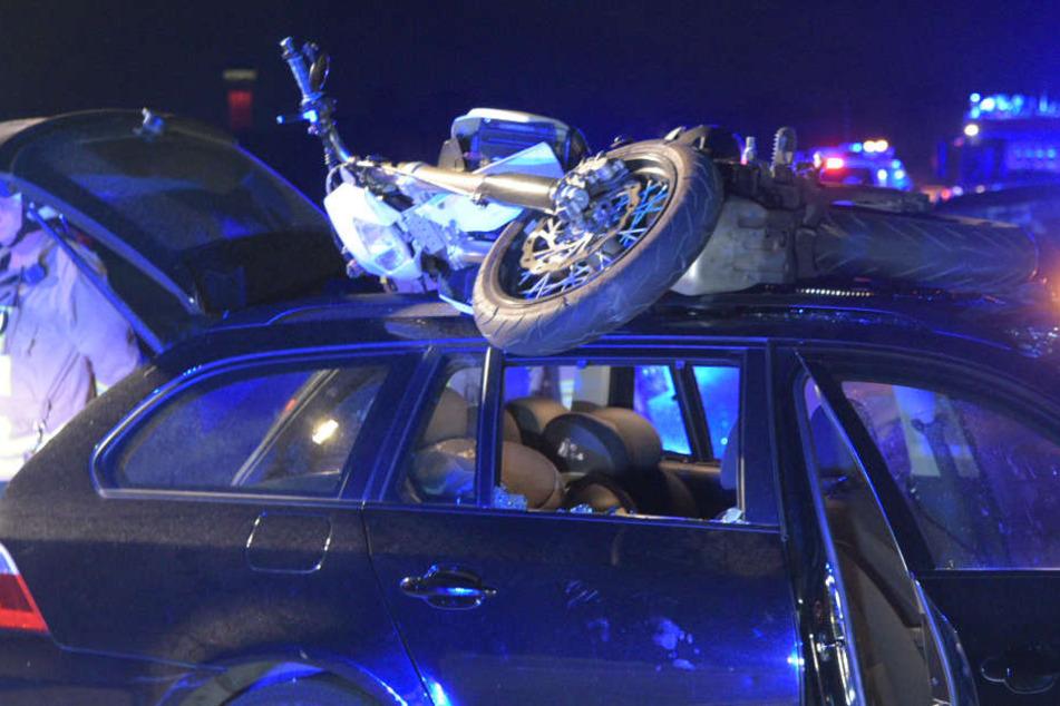 Der 21-jährige Motorradfahrer und seine 27-jährige Begleiterin mussten schwerverletzt ins Krankenhaus.