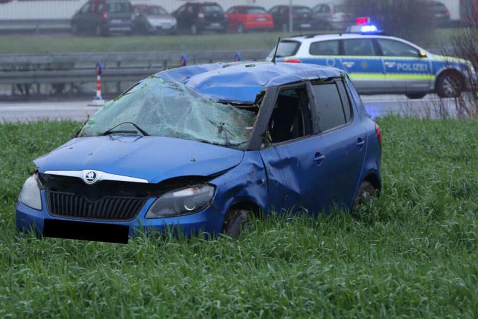 Der Skoda landete auf einem Feld neben der Autobahn 4.
