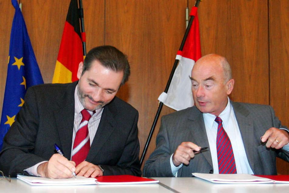 Brandenburgs Ministerpräsident Platzeck (SPD, l) und der CDU-Landesvorsitzende Jörg Schönbohm unterschreiben im Landtag in Potsdam am 12.10.2004 die Koalitionsverträge.