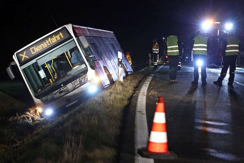 Der Bus landete im Straßengraben.
