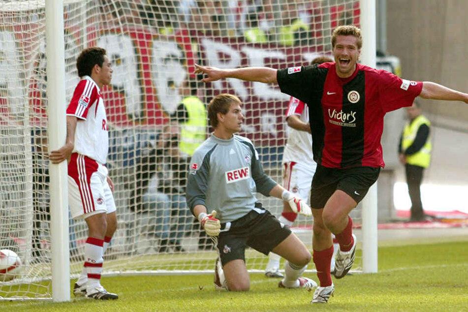 Ronny König jubelt über einen seiner drei Treffer für Wehen Wiesbaden beim 4:3-Sieg in der 2. Liga gegen den 1. FC Köln. Dem heutigen Zwickauer gelang damals binnen sieben Minuten ein Hattrick.