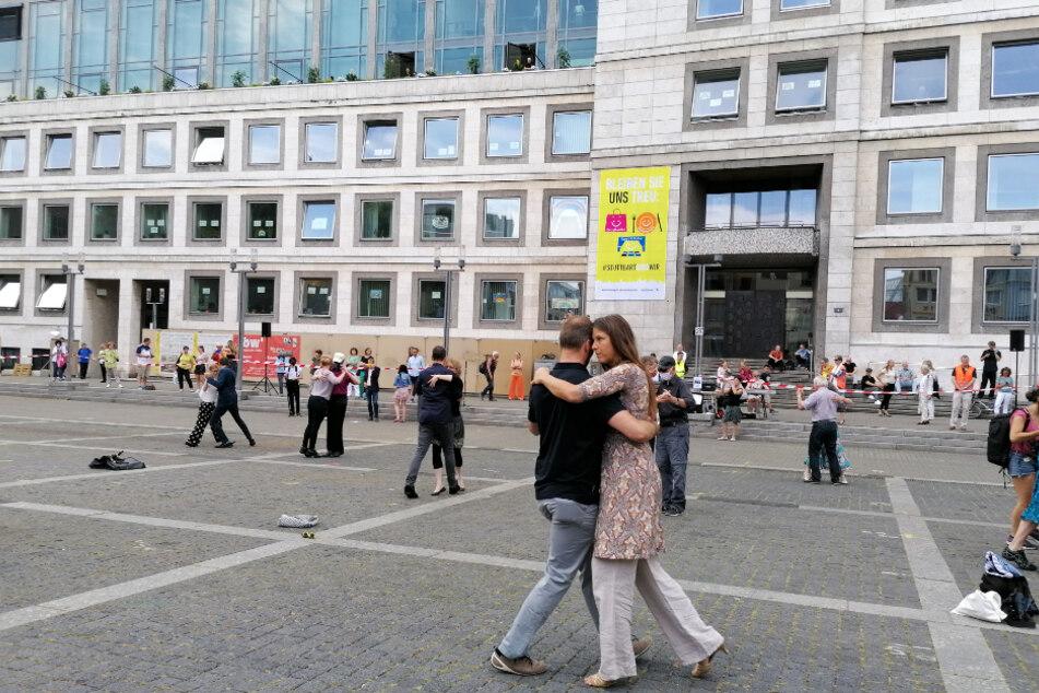 Tango-Paare tanzen vor dem Stuttgarter Rathaus.