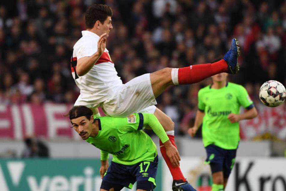 Benjamin Stambouli von Schalke (unten im Bild) kämpft mit Mario Gomez vom VfB um den Ball.