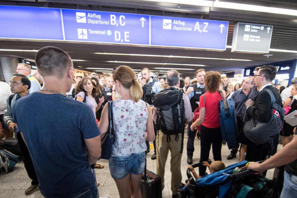 Mehr als 10.000 Passagiere waren von der Flughafen-Räumung am Dienstag betroffen.