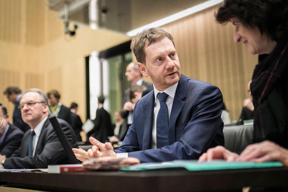 Michael Kretschmer (Mi., 42, CDU) im Bundesrat. Rechts neben ihm Eva-Maria Stange (60, SPD). Links im Hintergrund der MP von Sachsen-Anhalt, Reiner Haseloff (63, CDU).
