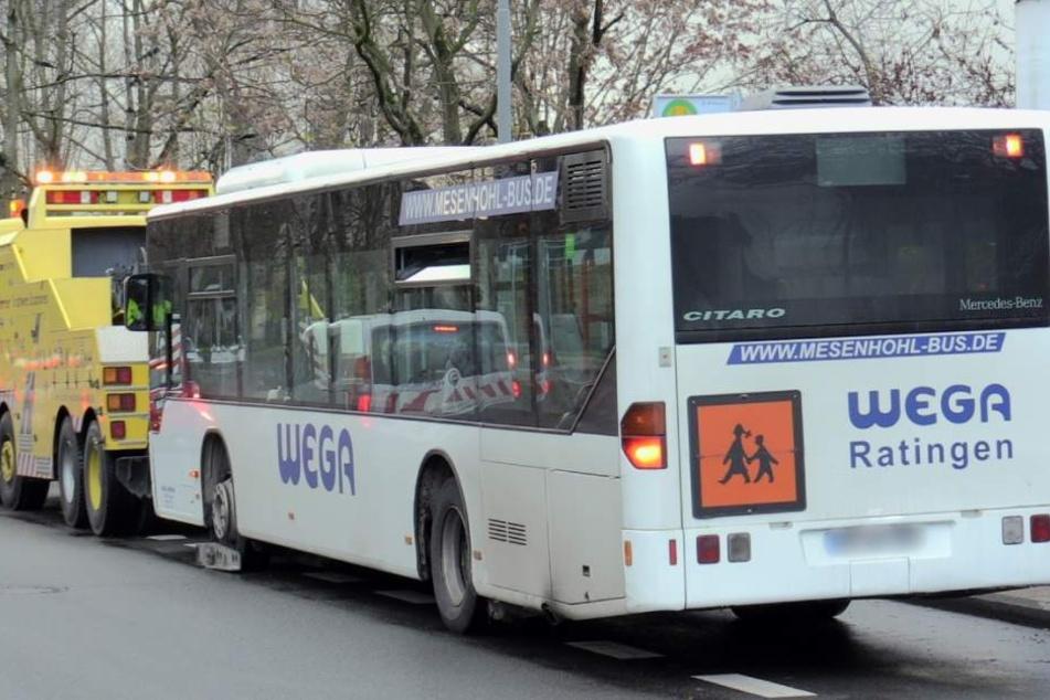 Einer der betroffenen Busse wurde abgeschleppt.