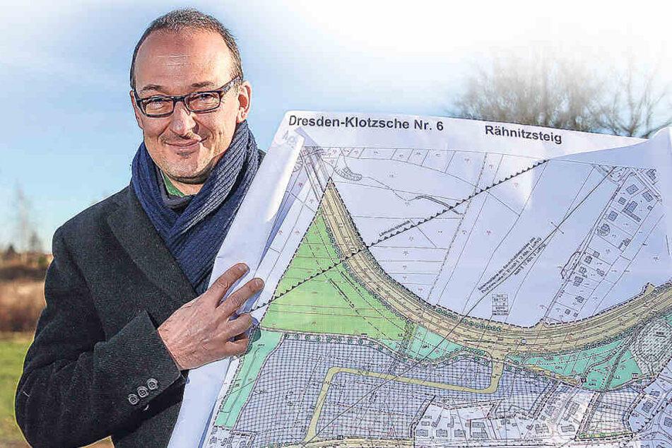 Der Chef der Wirtschaftsförderung, Dr. Robert Franke (40), zeigt die Pläne für das neue Gewerbegebiet in Flughafennähe.